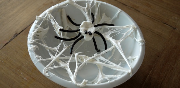 Halloween Deko: Spinne aus Marshmallows im Spinnennetz